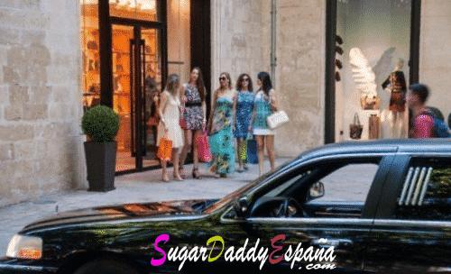 chicas de compras y una limusina