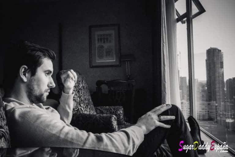 Hombre sentado pensando