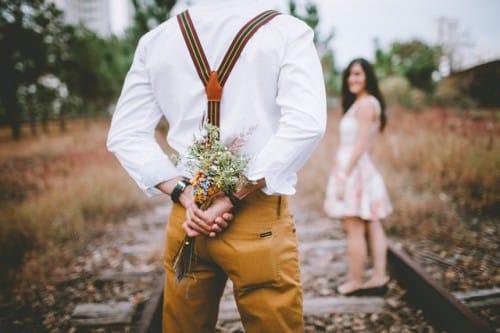 Hombre con ramo de flores