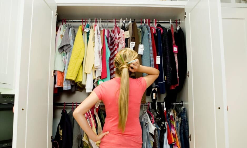 chica eligiendo ropa